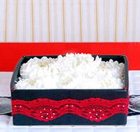 Подарок в коробке с лепестками